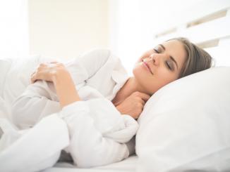 Donna-che-dorme-nel-letto-copertina