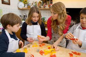 Progetto Sano, giusto e con gusto! - La dottoressa Annamaria Acquaviva in cucina con i bambini