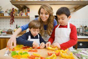 Progetto Sano, giusto e con gusto! - La dottoressa Annamaria Acquaviva in cucina con i bambini (2)